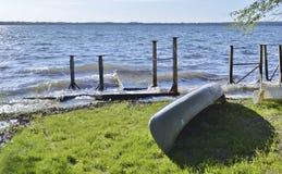 Μικρή βάρκα στη χλόη Στοκ Φωτογραφία