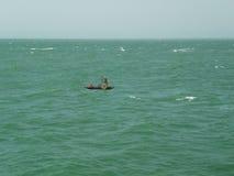 Μικρή βάρκα στον Ατλαντικό Ωκεανό στοκ εικόνα