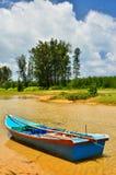 Μικρή βάρκα στο μπλε ουρανό και τα σύννεφα μαγισσών παραλιών Στοκ φωτογραφία με δικαίωμα ελεύθερης χρήσης