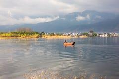"""Μικρή βάρκα ψαριών στο χρυσό φως Ï""""Î¿Ï… ήλιου στοκ εικόνα με δικαίωμα ελεύθερης χρήσης"""