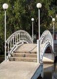 Μικρή γέφυρα με τη θέση λαμπτήρων πέρα από το έλος στοκ εικόνα