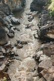 Μικρή γέφυρα πέρα από τον ποταμό με το μεγάλο απότομο βράχο σε Ob Luang εθνικό Στοκ Εικόνες