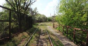 Μικρή γέφυρα σιδηροδρόμων πέρα από το κανάλι απόθεμα βίντεο
