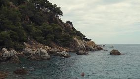 Μικρή γραφική λιμνοθάλασσα της θερμής θάλασσας στη θερινή ημέρα, τοπίο με τους απότομους βράχους απόθεμα βίντεο