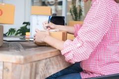 Μικρή διεύθυνση γραψίματος ιδιοκτητών επιχείρησης ξεκινήματος στο κουτί από χαρτόνι α Στοκ Φωτογραφίες