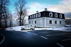 Μικρή εκκλησία κοντά στην πόλη Krnov (Δημοκρατία της Τσεχίας) και του παλαιού αυτοκινήτου Στοκ Φωτογραφίες