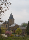 Μικρή εκκλησία πετρών στο βελγικό χωριό την άνοιξη Στοκ Εικόνα