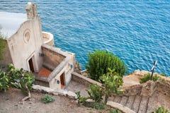 Μικρή εκκλησία στην ακτή Μεσογείων, Ιταλία Στοκ εικόνα με δικαίωμα ελεύθερης χρήσης