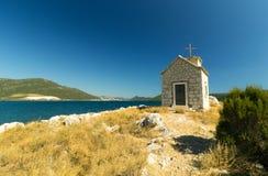 Μικρή εκκλησία στο μικρό νησί κοντά σε Klek, Κροατία, Ευρώπη Στοκ Εικόνα