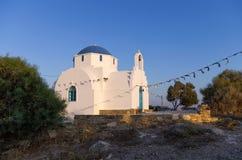 Μικρή εκκλησία στο νησί Antiparos, Κυκλάδες, αμέσως πριν από το σούρουπο Στοκ Εικόνες