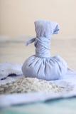Μικρή δεμένη τσάντα με τα αρωματικά ξηρά χορτάρια Στοκ εικόνα με δικαίωμα ελεύθερης χρήσης