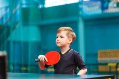 Μικρή επιτραπέζια αντισφαίριση παιδικών παιχνιδιών στη γυμναστική στοκ εικόνες