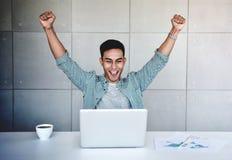 Μικρή επιχείρηση και επιτυχής έννοια Νέος ασιατικός επιχειρηματίας Glad για να λάβει τις καλές ειδήσεις ή τα υψηλά κέρδη από το l στοκ φωτογραφίες με δικαίωμα ελεύθερης χρήσης