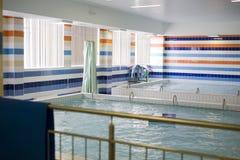 Μικρή εσωτερική πισίνα κενή, καμία έννοια αθλητικής ζωής Στοκ Εικόνες