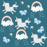 Μικρή ευθυμία μονοκέρων στον ουρανό Πεταλούδες, κορώνα, καρδιές, σύννεφα και ουράνιο τόξο στο σκοτεινό σμαραγδένιο πράσινο υπόβαθ απεικόνιση αποθεμάτων