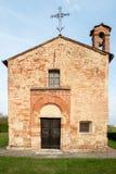 Μικρή ευρωπαϊκή εκκλησία με την πρόσοψη των τούβλων Στοκ φωτογραφία με δικαίωμα ελεύθερης χρήσης