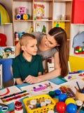 Μικρή ζωγραφική κοριτσιών και αγοριών σπουδαστών στη σχολική τάξη τέχνης Στοκ Φωτογραφία