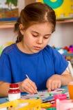 Μικρή ζωγραφική κοριτσιών σπουδαστών στη σχολική τάξη τέχνης Στοκ φωτογραφία με δικαίωμα ελεύθερης χρήσης