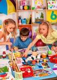 Μικρή ζωγραφική κοριτσιών σπουδαστών στη σχολική τάξη τέχνης Στοκ Φωτογραφίες