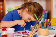 Μικρή ζωγραφική κοριτσιών σπουδαστών στη σχολική τάξη τέχνης Στοκ εικόνα με δικαίωμα ελεύθερης χρήσης