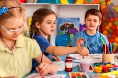 Μικρή ζωγραφική κοριτσιών σπουδαστών στη σχολική τάξη τέχνης Στοκ φωτογραφίες με δικαίωμα ελεύθερης χρήσης