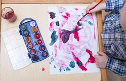 Μικρή ζωγραφική παιδιών με τα watercolors Στοκ Εικόνα