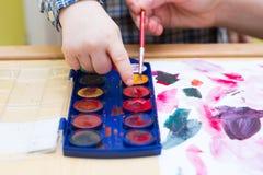 Μικρή ζωγραφική παιδιών με τα watercolors Στοκ Εικόνες