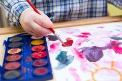 Μικρή ζωγραφική παιδιών με τα watercolors Στοκ εικόνα με δικαίωμα ελεύθερης χρήσης