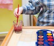 Μικρή ζωγραφική παιδιών με τα watercolors Στοκ φωτογραφίες με δικαίωμα ελεύθερης χρήσης