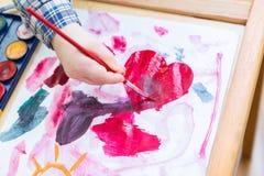 Μικρή ζωγραφική παιδιών με τα watercolors Στοκ φωτογραφία με δικαίωμα ελεύθερης χρήσης