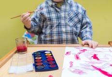 Μικρή ζωγραφική παιδιών με τα watercolors Στοκ Φωτογραφία