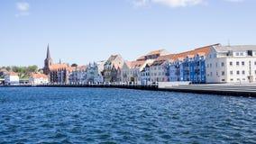 Μικρή ζωηρόχρωμη δανική πόλη πέρα από το νερό Στοκ Φωτογραφία