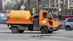 Μικρή καθαρίζοντας υπηρεσία πόλεων φορτηγών στοκ φωτογραφίες