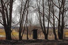 Μικρή καλύβα μεταξύ των δέντρων στοκ φωτογραφία με δικαίωμα ελεύθερης χρήσης
