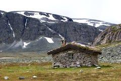 Μικρή καλύβα στην αγριότητα των νορβηγικών βουνών Στοκ φωτογραφία με δικαίωμα ελεύθερης χρήσης