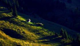 Μικρή καμπίνα στην κορυφογραμμή λόφων βουνών στοκ εικόνες με δικαίωμα ελεύθερης χρήσης