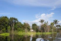Μικρή καλύβα στον ποταμό του Αμαζονίου Στοκ Εικόνα