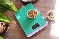 Μικρή κλίμακα κουζινών για τα ζυγίζοντας προϊόντα στην κουζίνα Κατάλληλος κατά την προετοιμασία των προϊόντων στοκ φωτογραφία με δικαίωμα ελεύθερης χρήσης