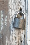 Μικρή κλειδαριά σε μια παλαιά ξύλινη πόρτα στοκ εικόνες