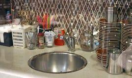 Μικρή κουζίνα café μέσω του γυαλιού με κάποιο Bokeh στο πρώτο πλάνο στοκ φωτογραφία με δικαίωμα ελεύθερης χρήσης