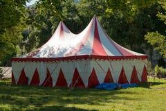 Μικρή κόκκινη και άσπρη σκηνή για το τσίρκο Στοκ εικόνα με δικαίωμα ελεύθερης χρήσης