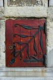 Μικρή κόκκινη ξύλινη πόρτα, εκλεκτής ποιότητας κοίταγμα Στοκ φωτογραφία με δικαίωμα ελεύθερης χρήσης