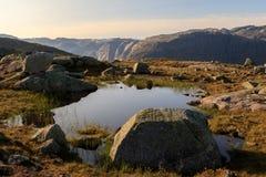 Μικρή λίμνη στη διαδρομή σε Trolltunga, σε ένα όμορφο τοπίο σε Odda, Νορβηγία Στοκ Φωτογραφίες