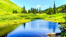 Μικρή λίμνη υψηλό αλπικό στον κοντινό το χωριό των αιχμών ήλιων Στοκ Φωτογραφία