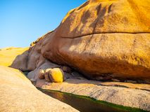 Μικρή λεκάνη νερού στο σχηματισμό βράχου Spitzkoppe, έρημος Namib, Ναμίμπια, Αφρική Στοκ εικόνα με δικαίωμα ελεύθερης χρήσης