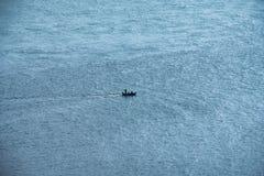 Μικρή μακριά βάρκα ουρών που ταξιδεύει στη θάλασσα Στοκ εικόνα με δικαίωμα ελεύθερης χρήσης