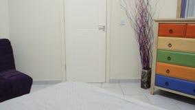 Μικρή μοντέρνη κρεβατοκάμαρα στο διαμέρισμα φιλμ μικρού μήκους