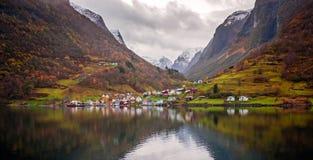 Μικρή νορβηγική πόλη μεταξύ των fiords το φθινόπωρο Στοκ Φωτογραφίες