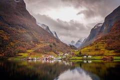 Μικρή νορβηγική πόλη μεταξύ των fiords το φθινόπωρο Στοκ Εικόνα