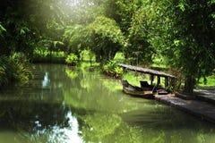 Μικρή ξύλινη βάρκα στον ποταμό Στοκ εικόνα με δικαίωμα ελεύθερης χρήσης